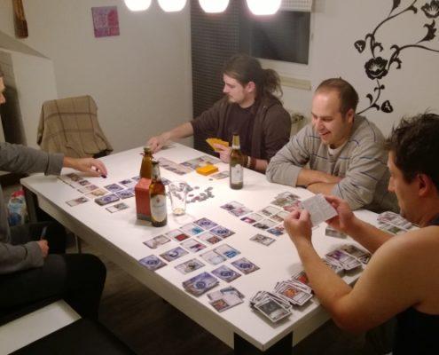 Dzień 1 - a wieczorem oczywiście gramy. Netrunner, Netrunner, a Marcin segreguje karty do Star Treka
